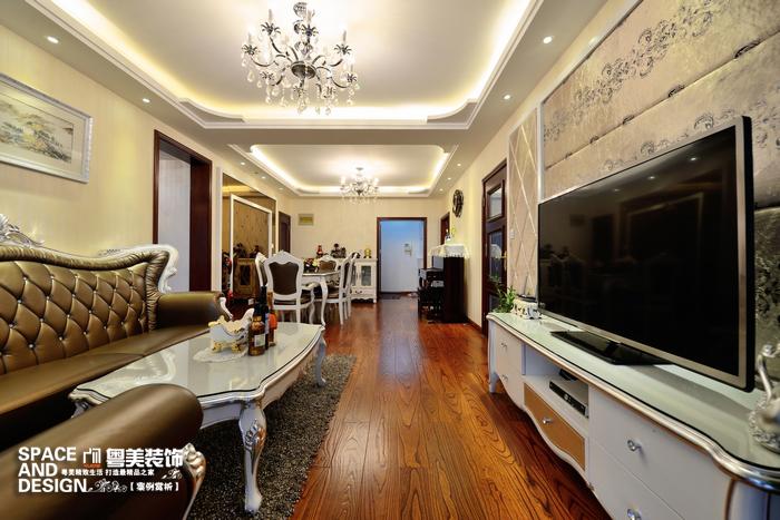 软包的电视背景与真皮的欧式沙发,搭配出低调的奢华