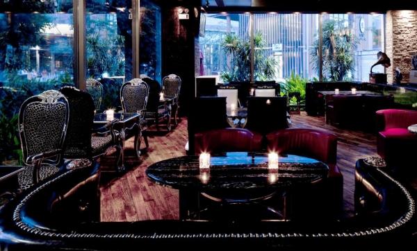 酒吧僵住分为两层,一层设计以欧式古典风格作为设计主题.