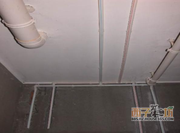 水电安装注意事项的水路部分:   1、水路设计首先要想好与水有关的所有设备,比如:热水器、净水器、厨宝、软水机、洗衣机、马桶和洗手盆等,它们的位置、安装方式以及是否需要热水;   2、要提前想好用燃气还是电的热水器,避免临时更换热水器种类,导致水路重复改造;   3、卫生间除了留给洗手盆、墩布池、马桶、洗衣机等出水口外,最好还接一个出来,以后接水冲地等很方便;   4、洗衣机位置确定后,洗衣机排水可以考虑把排水管做到墙里面的,漂亮、方便;   5、水路改造后应该有打压测试。   6、打压测试最好有物