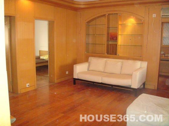 该房豪华装修,全实木地板,客厅全实木墙裙(墙裙到顶,冬暖夏凉).