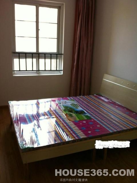 简装卧室的床的效果图