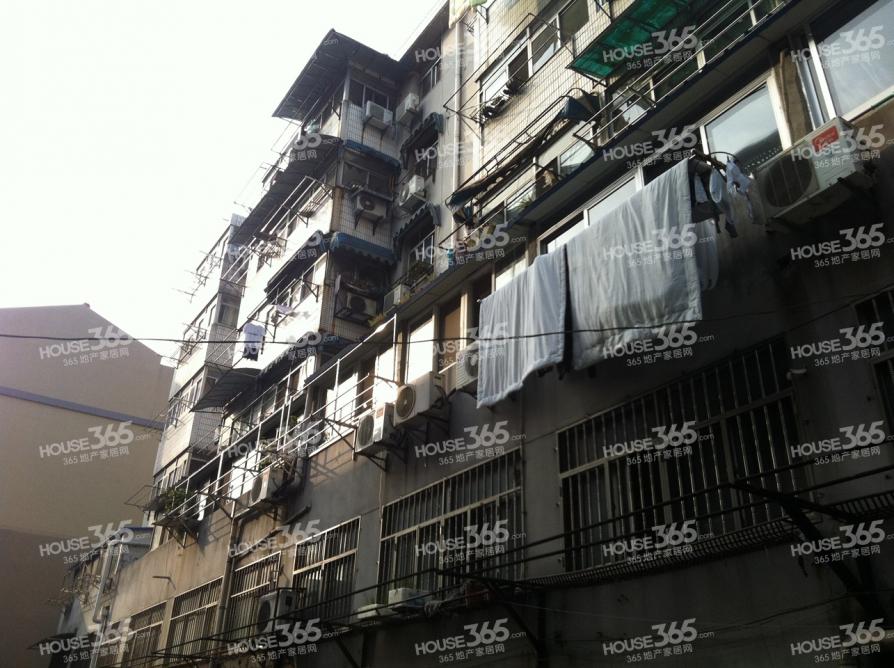 东泰公寓3室1厅1卫67.77平方产权房简装