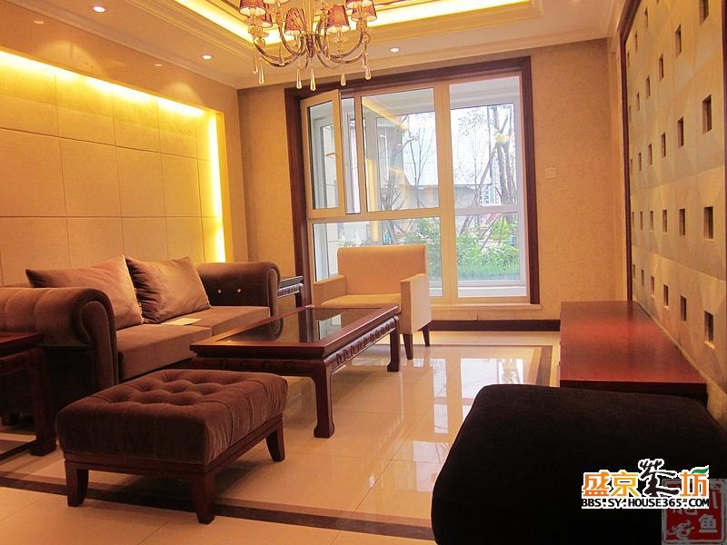 客厅装修稍显华贵,整个沙发背景墙都有旭光背景.