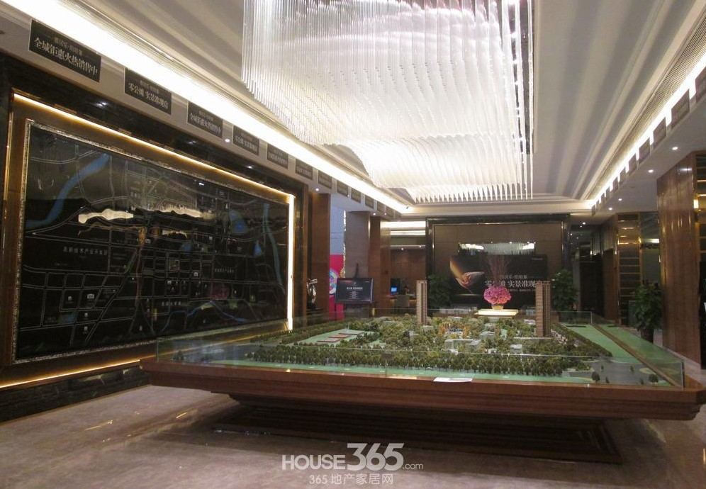 雅居乐铂琅峯欧式皇家湖景园林景观和霸气外漏的售楼